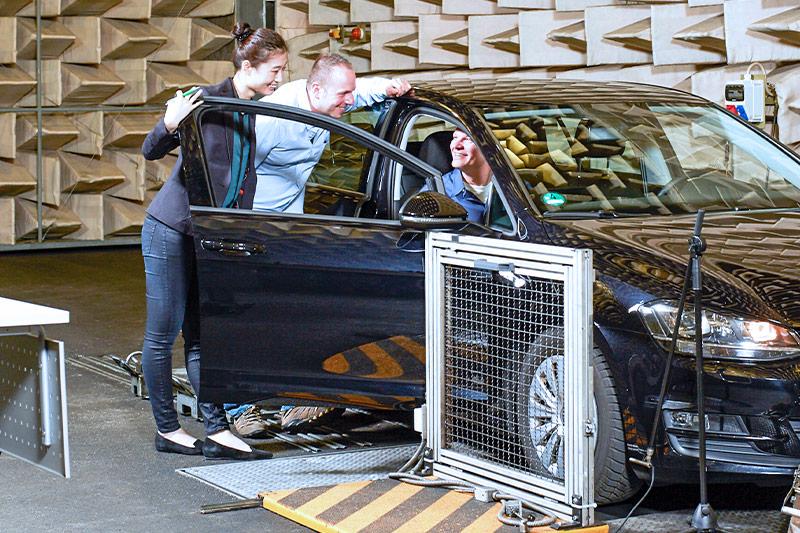 ATESTEO Rollenprüfstand zur Gesamtfahrzeugmessung im Fahrversuch bei straesser